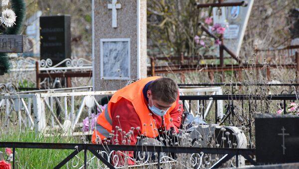Подрядчик приступил к уборке кладбищ в Симферополе