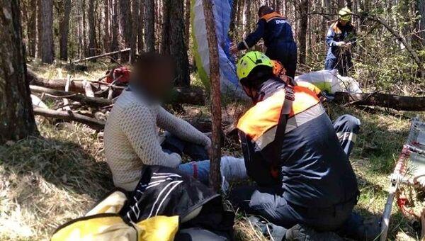 Спасатели оказывают помощь упавшему в лес парапланеристу