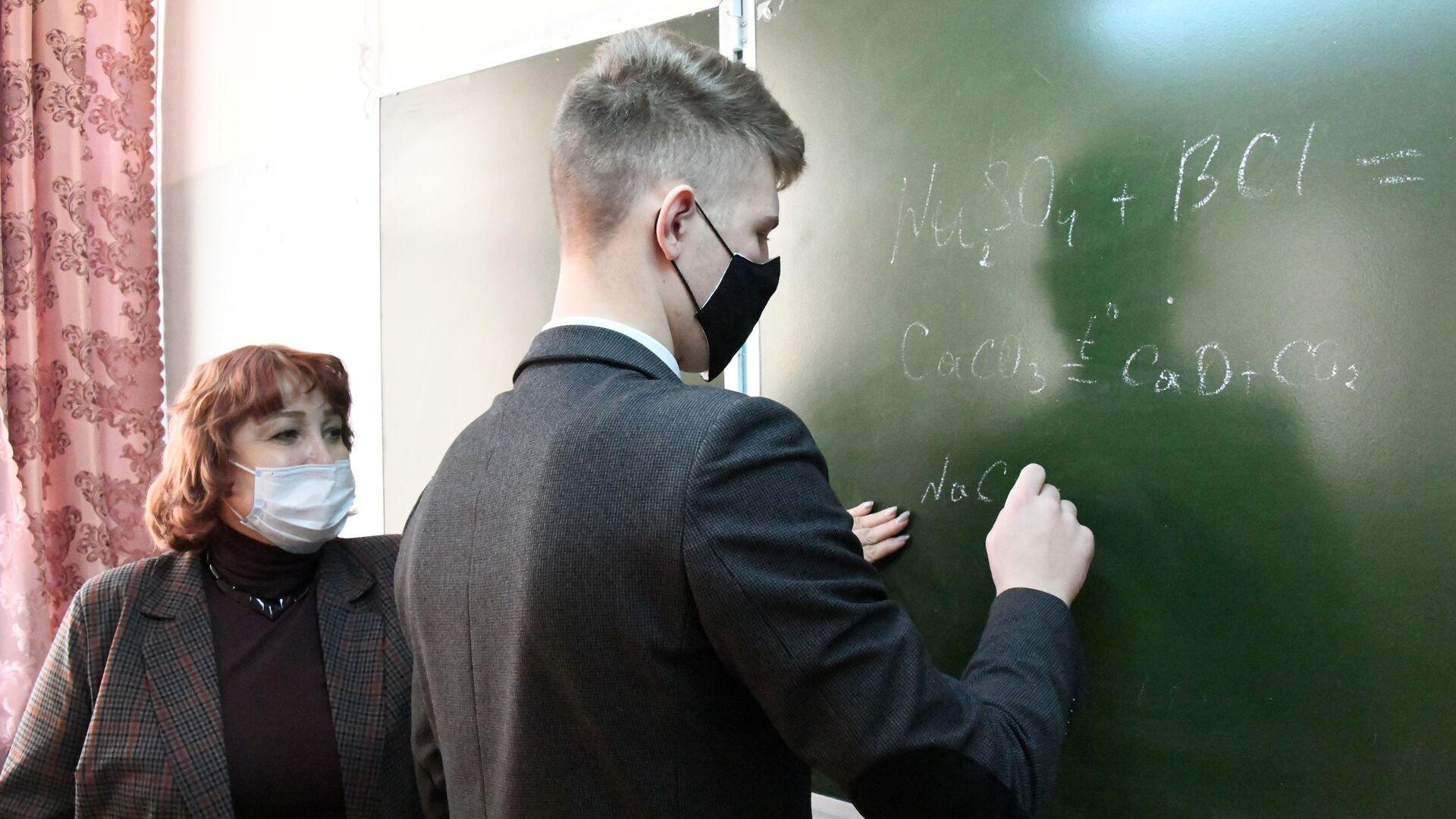 Школьники старших классов перешли на очную форму обучения - РИА Новости, 1920, 28.09.2021
