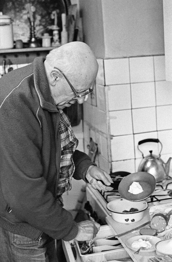 Советский физик, академик АН СССР Андрей Дмитриевич Сахаров (1921-1989)