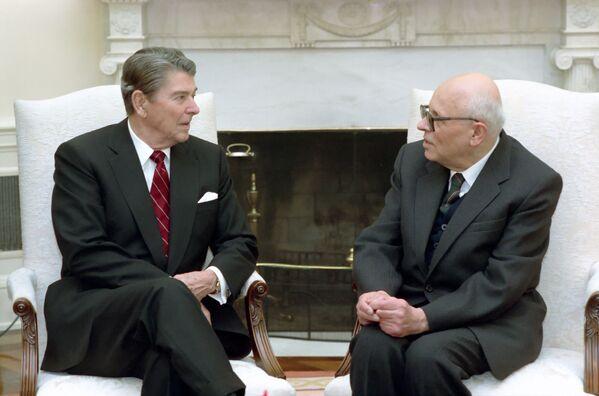 Академик Андрей Сахаров и президент США Рональд Рейган в овальном кабинете Белого дома