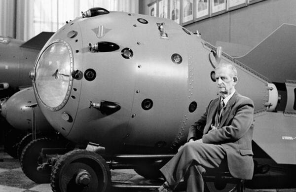 Конструктор Юлий Харитон на фоне изделия РДС-6с - первой советской водородной бомбы