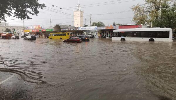 Вода затрудняла движение автомобилей