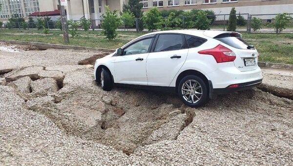Машина на разрушившемся участке дороги
