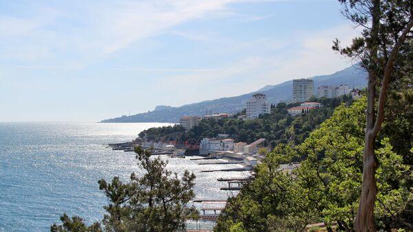 Вид на Южный берег Крыма со смотровой площадки в Гаспре