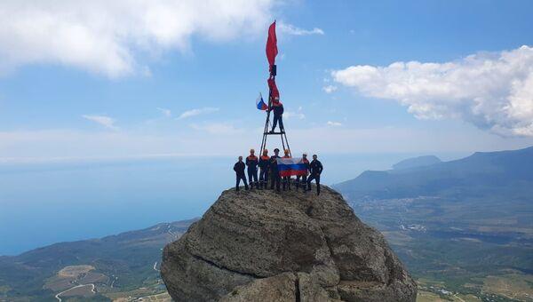 Российский триколор водрузили на вершину горы Демерджи в Крыму