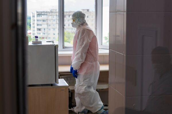 Работа в красной зоне очень тяжелая, врачи признаются, что самое нелегкое - ощущать беспомощность.