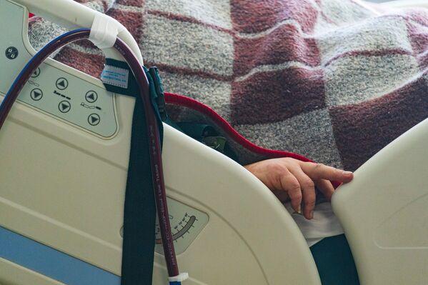 Рука пациентки со стопроцентрным поражением легких. Борьба за ее жизнь продолжается.