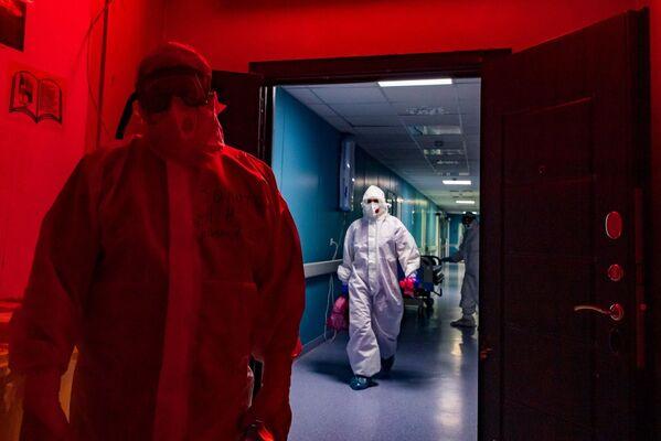 Вход в красную зону. За этой дверью происходит будничная борьба с вирусом и смертью.
