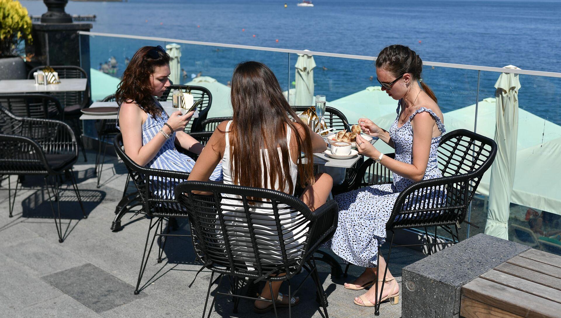 Отдыхающие в кафе на берегу Черного моря в Ялте - РИА Новости, 1920, 16.06.2021