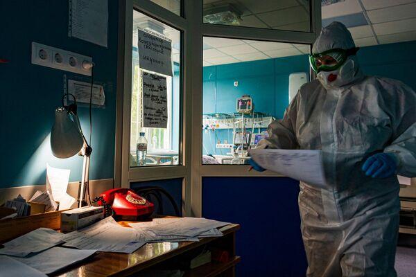 Медперсонал уверен - прививки делать необходимо, иначе пандемию не остановить.