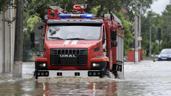 Автомобиль УРАЛ МЧС РФ на одной из улиц Керчи после сильных ливней