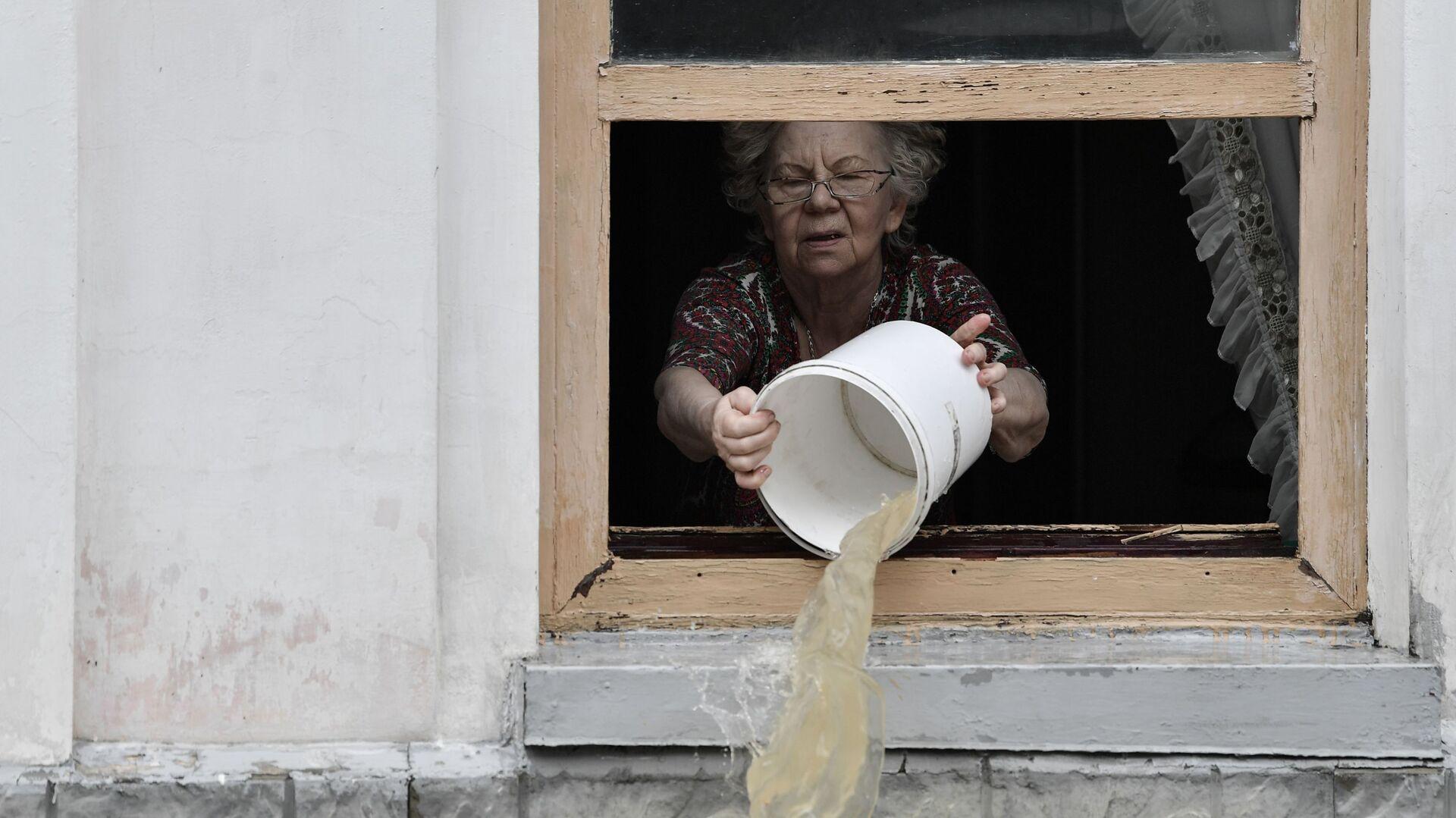 Жительница Керчи вычерпывает воду из дома ведром - РИА Новости, 1920, 18.06.2021