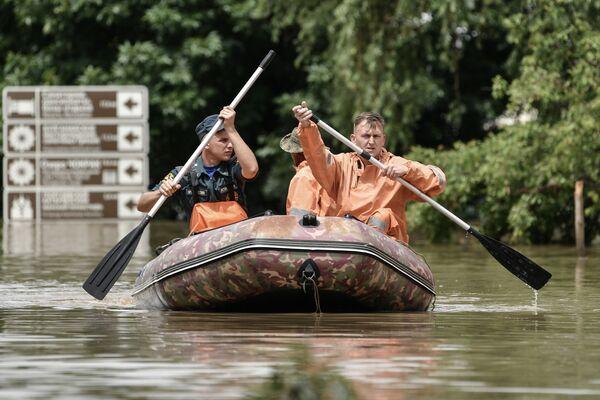 Спасатели на лодке во время подтопления в Керчи из-за ливней