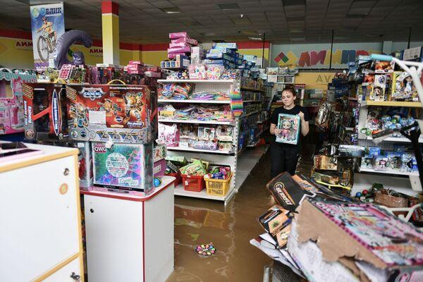 Подтопленный магазин детских игрушек на одной из улиц Керчи после сильных ливней