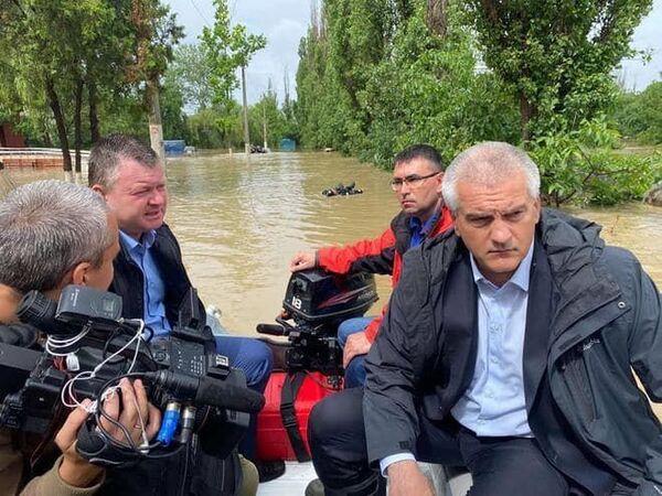 Глава Республики Крым Сергей Аксёнов (справа) осматривает подтопленные районы в Керчи из-за ливней
