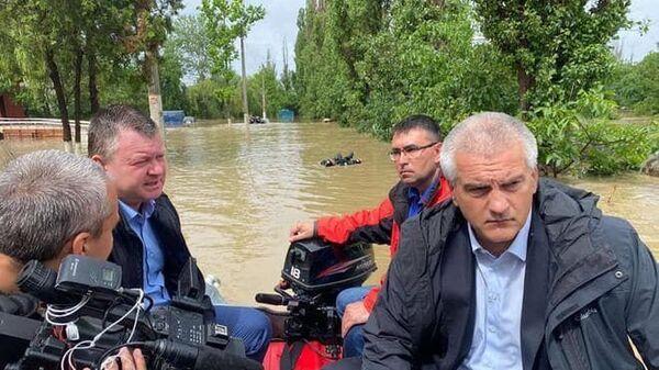Глава Республики Крым Сергей Аксёнов осматривает подтопленные районы в Керчи