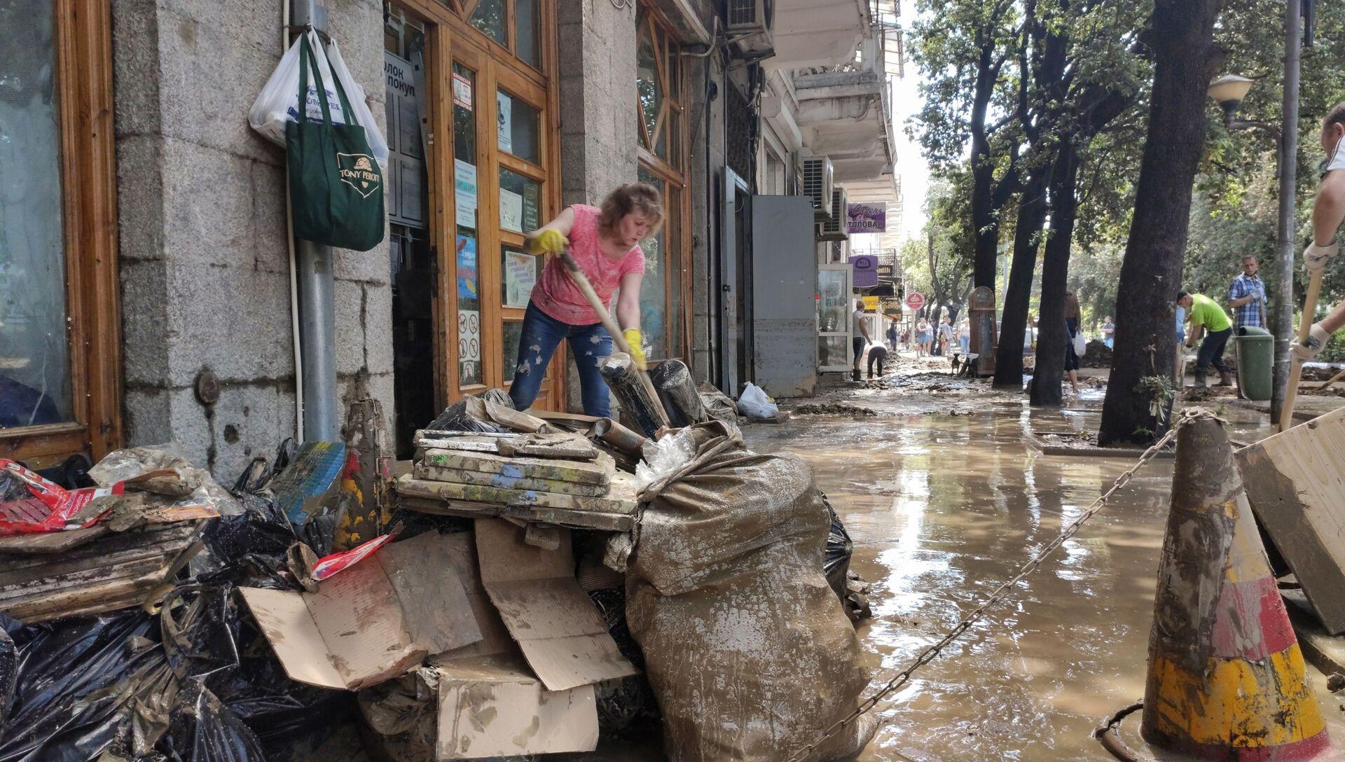 Жители Ялты приступили к уборке улиц - РИА Новости, 1920, 19.06.2021