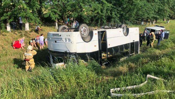 На Кубани перевернулся пассажирский автобус, среди 14 пострадавших - дети
