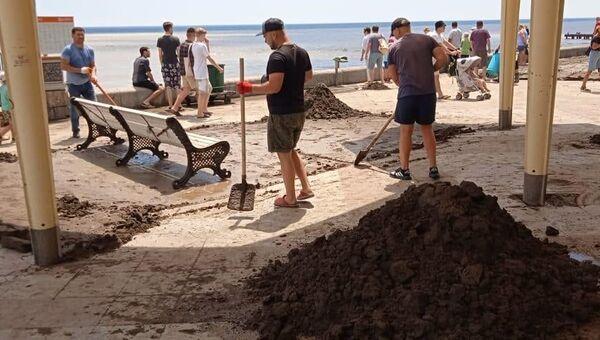 В Ялте убирают набережную после наводнения