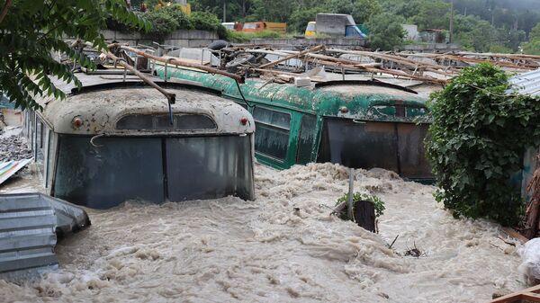 Старые троллейбусы в районе Васильевки в Ялте. Наводнение в Крыму. 21 июня 2021 года