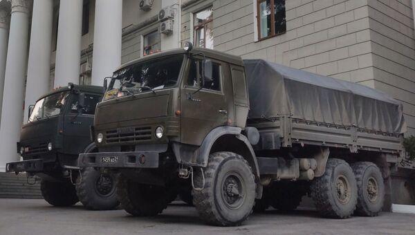 Военные машины у здания администрации Ялты