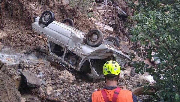 Специалисты отряда КРЫМ-СПАС поднимают искореженные наводнением авто