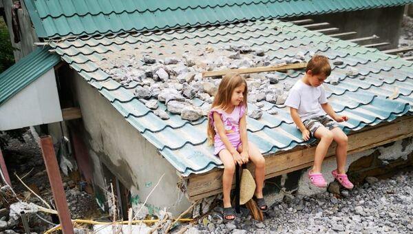 Дети на крыше затопленного дома в Ялте