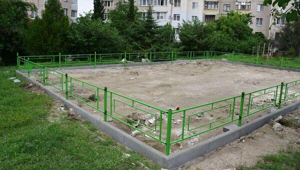 В Симферополе ставят новые детские площадки