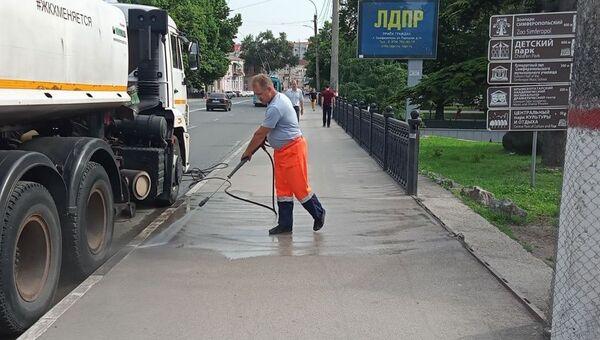 Уборка улицы в Симферополе