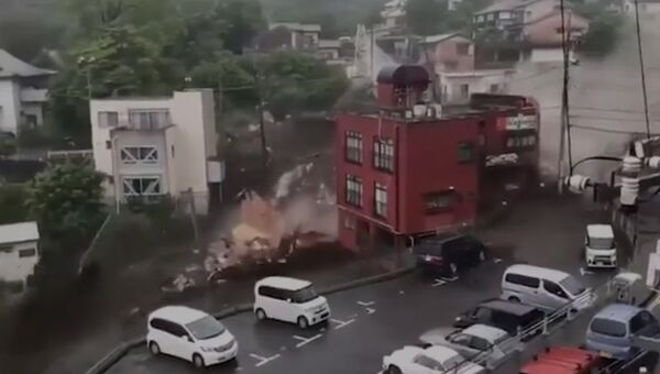 Мощный оползень разрушил десять домов в японском городе