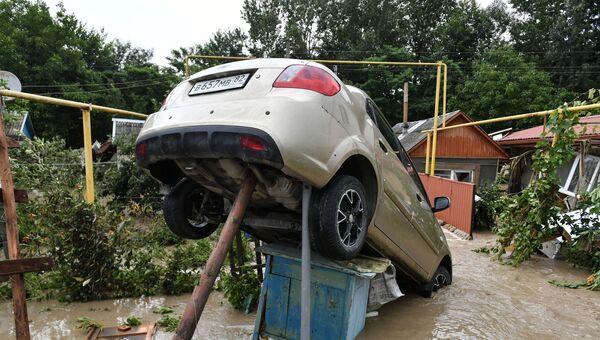 Перевернувшийся автомобиль среди обломков после сильных дождей и оползней в Бахчисарайском районе