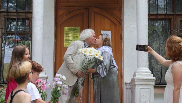 Юрий Куклачев с супругой Еленой у дверей ялтинского ЗАГСа