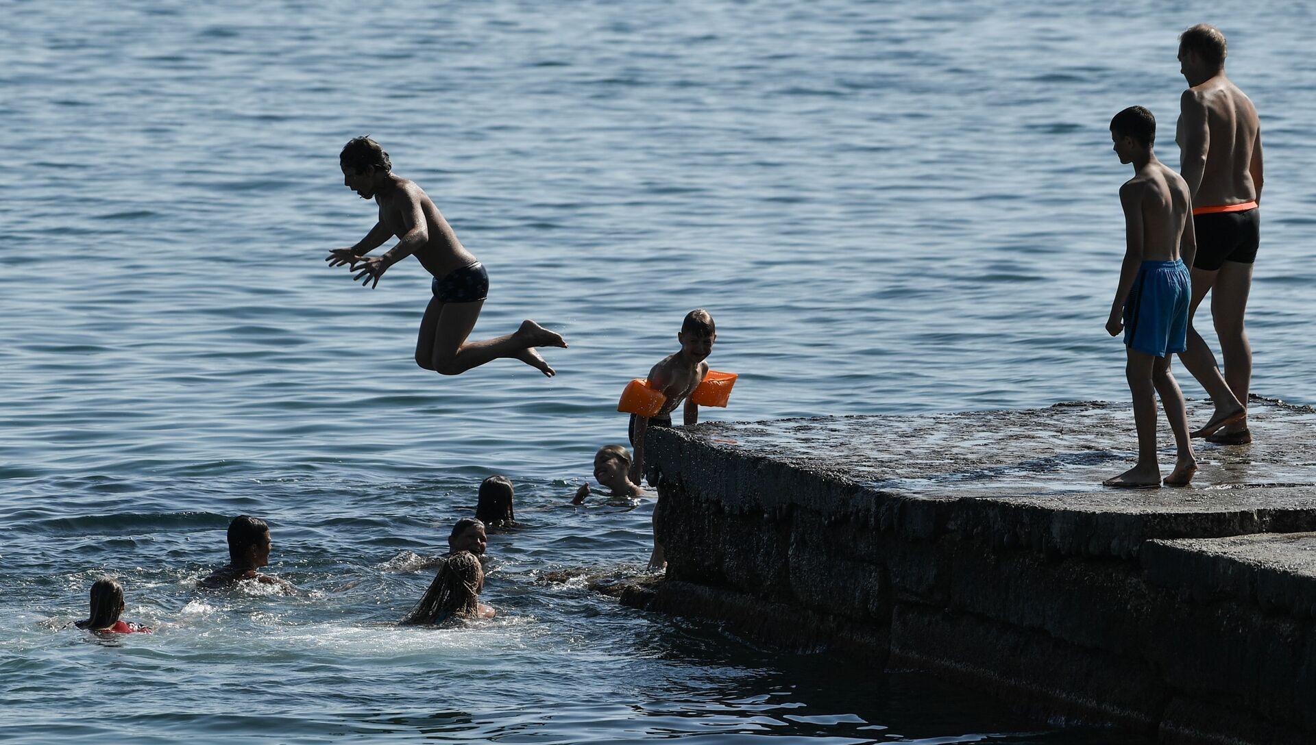 Дети прыгают с пирса на пляже в Судаке - РИА Новости, 1920, 09.07.2021