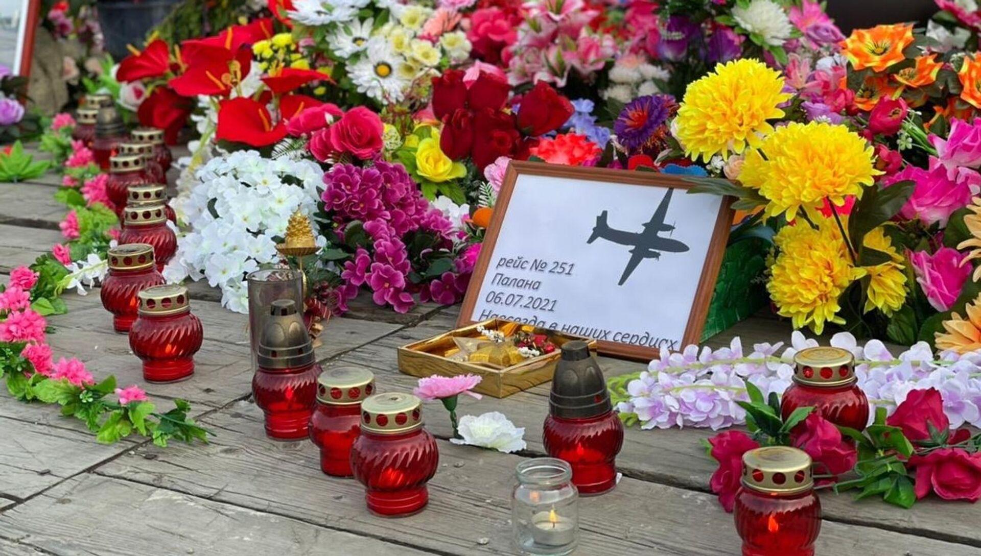 Стихийный мемориал в Палане в память о погибших в авиакатастрофе - РИА Новости, 1920, 09.07.2021
