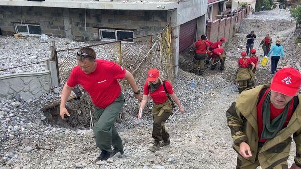 Волонтеры Молодежки ОНФ  на расчистке завалов в Ялте