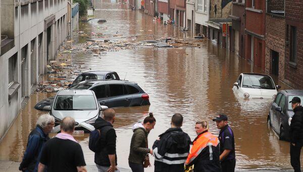15 июля 2021 года. Люди на затопленной улице после сильных дождей в Льеже (Бельгия)