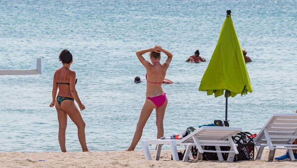 Туристы на пляже