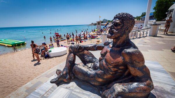 Скульптура отдыхающего Геракла на набережной в Евпатории