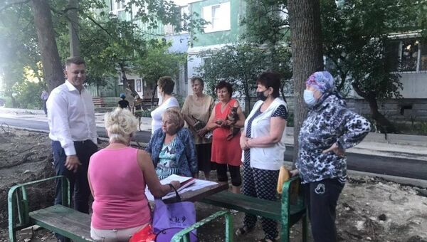 Мэр Симферополя Валентин Демидов и жительницы микрорайона Маршала Жукова