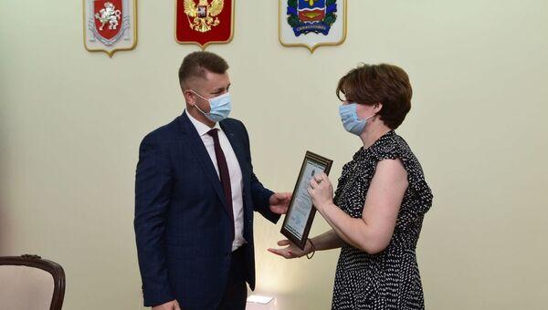 Глава Симферополя Валентин Демидов поздравляет работников торговли с их профессиональным праздником