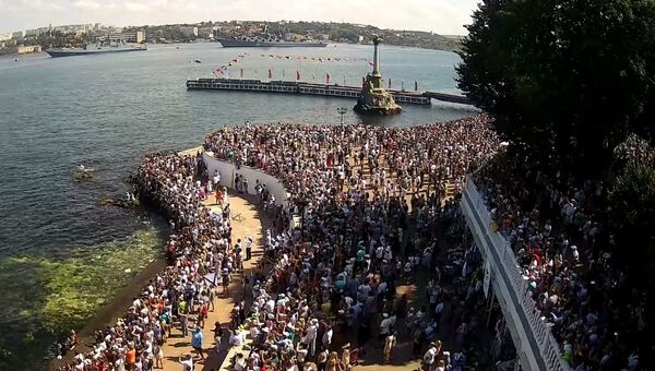 Тысячи людей собрались на набережной Корнилова в Севастополе в День ВМФ