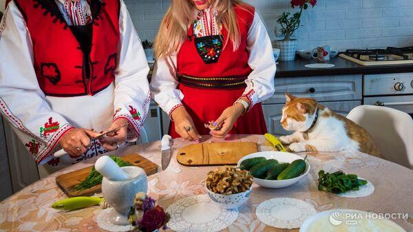 Крымские болгары учат кота Мостика готовить болгарский холодный суп
