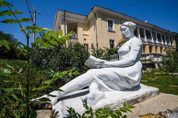 Классика советской парковой скульптуры в санатории Старый Крым