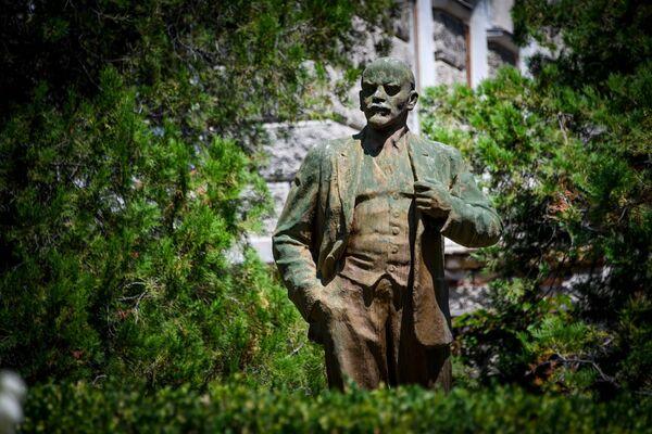 Памятник вождю на территории санатория Старый Крым