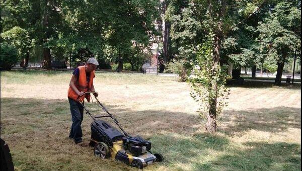 В Симферополе сотрудник МБУ Город косит траву