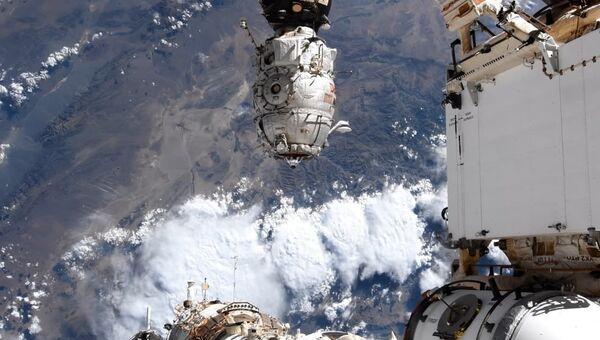 Стыковочный узел модуля Звезда, куда пристыковался многоцелевой лабораторный модуль Наука