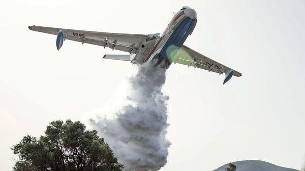 Самолет Бе-200 тушит лесные пожары