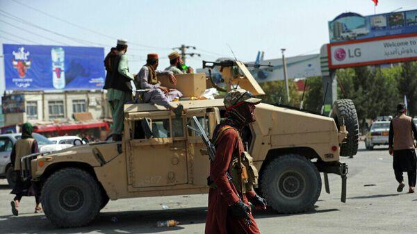 Боевики Талибана перед международным аэропортом Хамида Карзая в Кабуле. 16 августа 2021 года