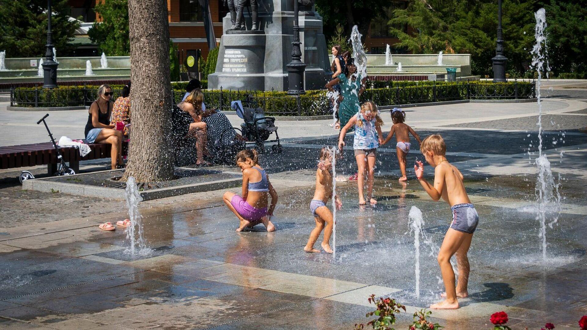 Дети купаются в городском фонтане - РИА Новости, 1920, 26.08.2021